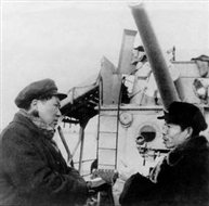 """1953年,毛主席在""""长江""""舰上听取长办主任林一山关于治理长江的汇报"""